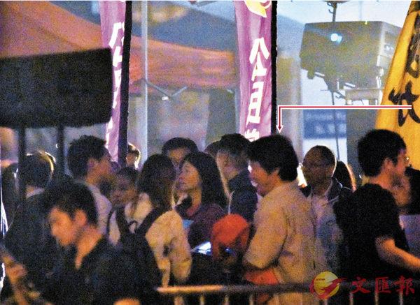 ■ 香港文匯報記者於3月3日晚在中環愛丁堡廣場拍到日本千葉縣白井市議員和田健一郎 ( 箭嘴所指 ) 出現在區諾軒造勢大會人群中。張得民  攝