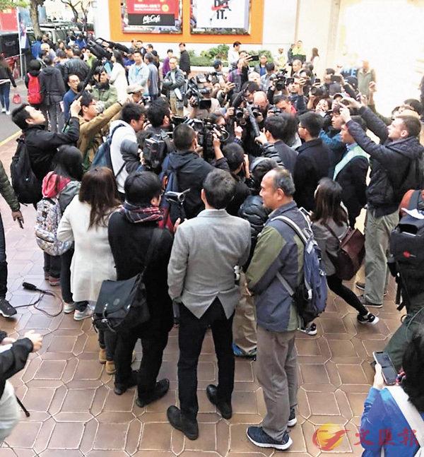 ■區諾軒與「中箭」成員在香港仔被數名市民圍罵。 fb圖片