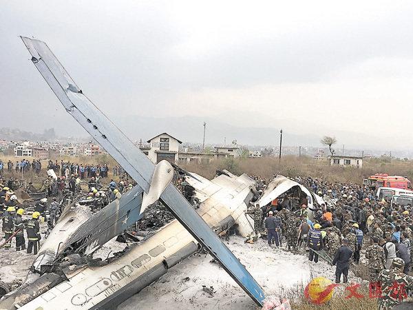 ■客機墜落跑道附近一個足球場,機身斷成數截。 美聯社