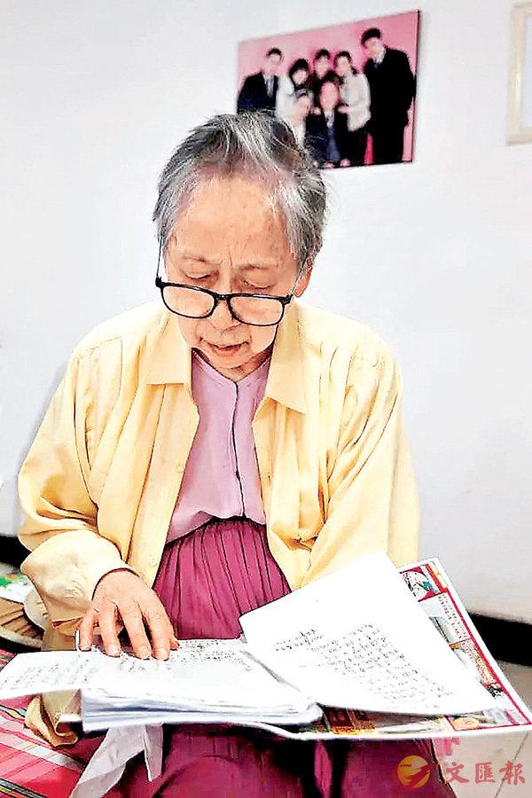 ■劉盛敏動情地朗讀�茼菑v對丈夫的思念。香港文匯報重慶傳真