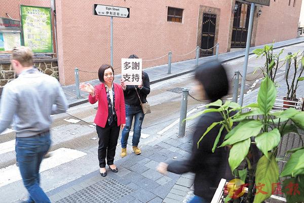 陳家珮在中環半山謝票。     香港文匯報記者殷翔  攝