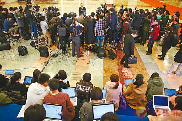 ■昨日,十三屆全國人大一次會議在北京人民大會堂舉行第四次全體會議。這是記者在「部長通道」採訪。 新華社