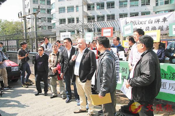 ■大聯盟成員昨早在九龍塘一個的士站舉行記者會。 香港文匯報記者彭子文  攝