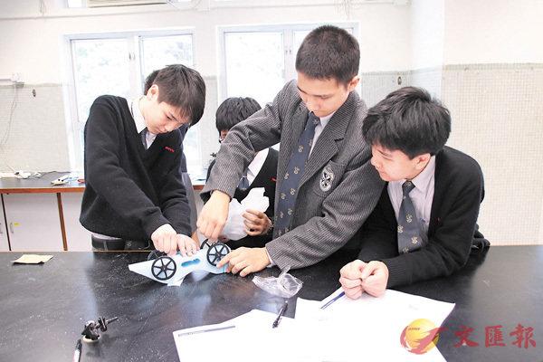■學生們運用科學知識,共同裝嵌火箭車。 校方供圖