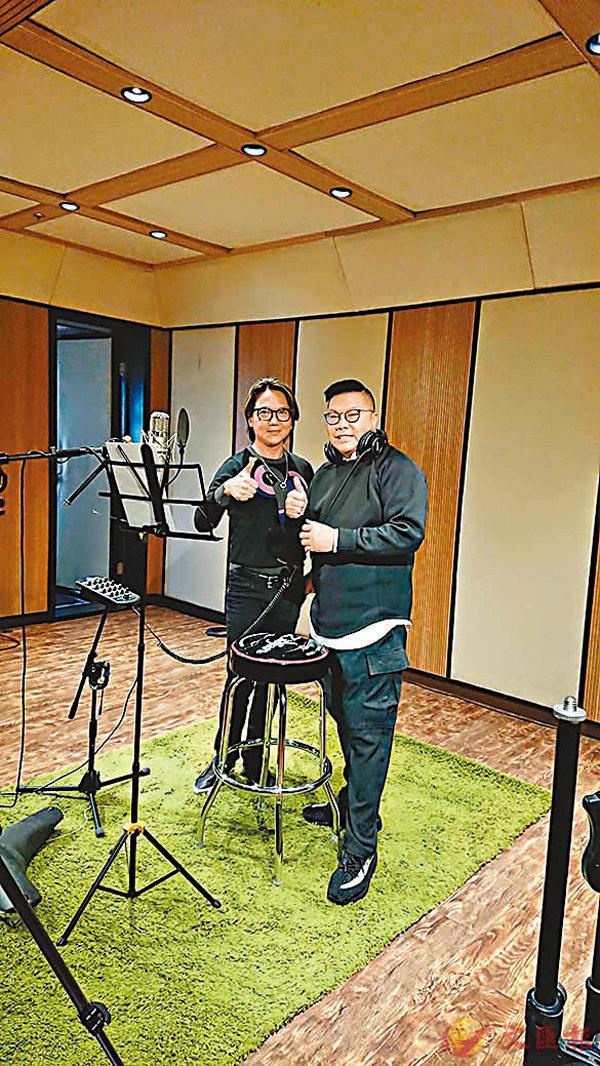■胡慧沖(右)和吳國敬合唱「男男」勵志歌。