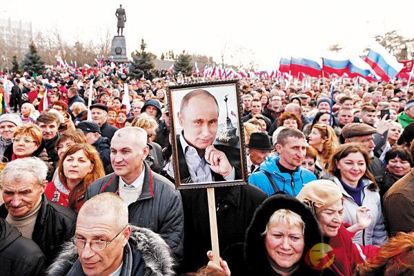 ■普京於塞瓦斯托波爾出席集會,警方表示約4萬人參與。 路透社
