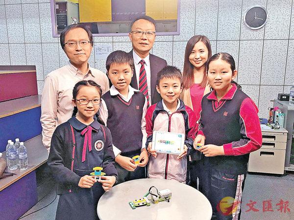 ■同學們展示地震模擬器。香港文匯報記者唐嘉瑤  攝
