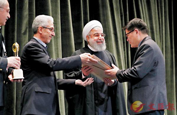 ■王建方(右一)獲伊朗總統魯哈尼(右二)頒發花剌子模國際科學獎。中大供圖