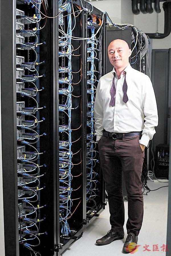 ■黎冠峰指,其團隊有關重力波的數據分析,涉及很多計算用的電腦,改善電腦計算速度是研究的一大挑戰。 香港文匯報記者曾慶威 攝