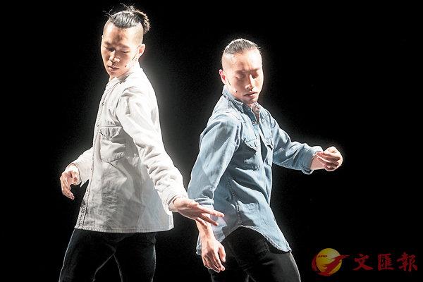 ■盤彥燊與另一位男舞者盧敬燊在《渦》中。 攝影:Cheung Wai-lok