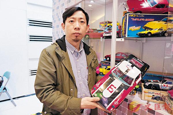■Raymond介紹展出的各款懷舊玩具車。
