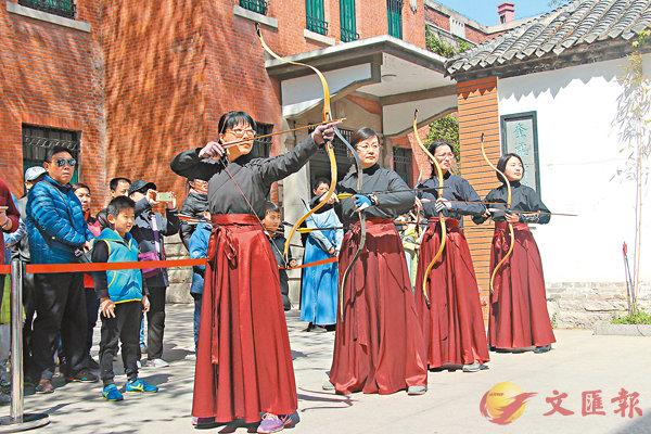 ■ 射柳是清明節的古老習俗之一。圖為禮射愛好者在大明湖畔身穿漢服搭弓射箭。香港文匯報記者殷江宏  攝