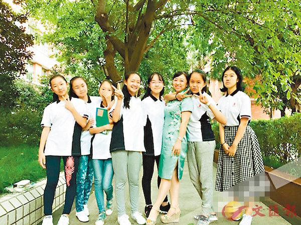 ■張紅燕(右三)和學生一起給同學過生日。 網上圖片