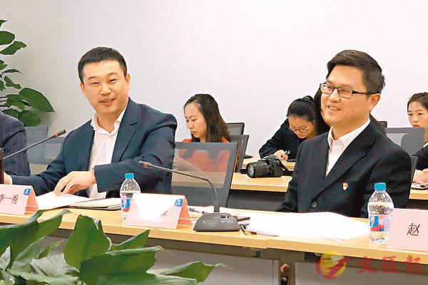 ■北汽新能源管理層連慶峰(右)、李一秀(左)接受記者採訪。香港文匯報北京傳真