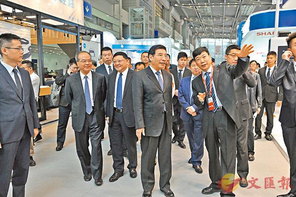 ■工業和信息化部部長苗圩(前排右二)參觀第六屆中國電子信息博覽會。香港文匯報記者李昌鴻  攝