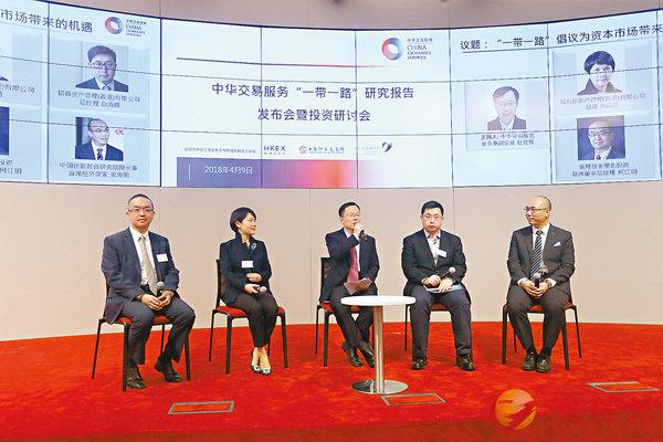 ■柯江明(左一)指,目前投資「一帶一路」項目主要以內地為主。 香港文匯報記者莫雪芝  攝