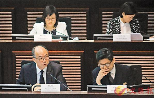 ■運房局官員向議員解答「一地兩檢」條例草案的疑問。 香港文匯報記者梁祖彝 攝