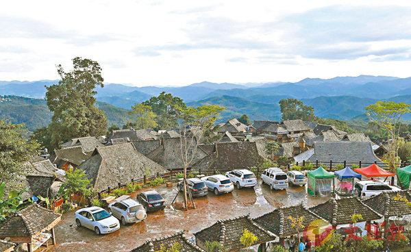 ■景邁機場去年5月通航,讓瀾滄拉祜族自治縣即時與世界零距離,景邁山聲名鵲起,停車場泊滿遊客的車輛。 資料圖片
