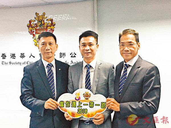 ■陳志興(中)指,本港會計師在「一帶一路」戰略中的優勢明顯。左為甘耀成。香港文匯報記者周曉菁  攝