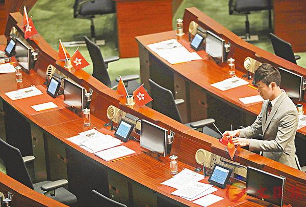 ■2016年10月19日,鄭松泰把建制派議員座位上的國旗和區旗倒轉。 資料圖片