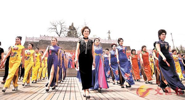 ■ 參賽佳麗逐一展演旗袍。香港文匯報河南傳真