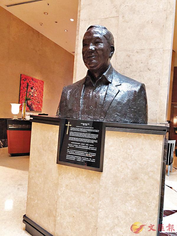 ■富麗敦酒店大堂內的顯眼位置,擺放黃廷方的塑像。香港文匯報記者柴婧  攝