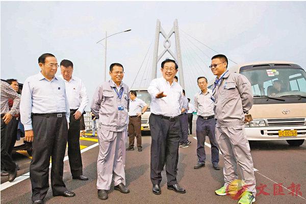 ■萬鋼(前排右二)一行實地考察港珠澳大橋。 大橋管理局供圖