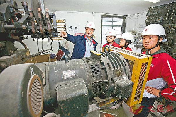 ■大使們向節能工程師學習,如何檢查大廈現有升降機的用電情況。 作者供圖