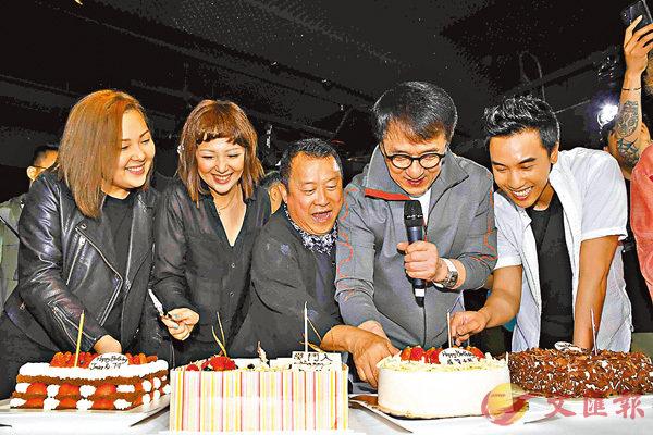 ■5位四月壽星切蛋糕。