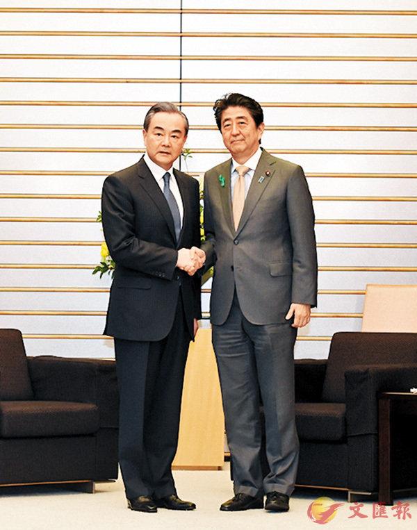 ■安倍晉三在東京會見王毅。   中新社