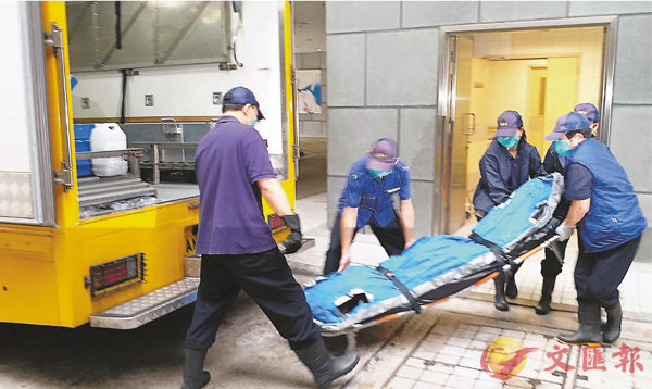 自殺身亡韓國商人遺體舁送殮房。  香港文匯報記者鄧偉明 攝
