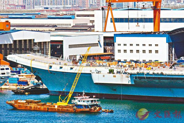 ■首艘國產航母目前已進入出海倒計時狀態。香港文匯報記者宋偉  攝