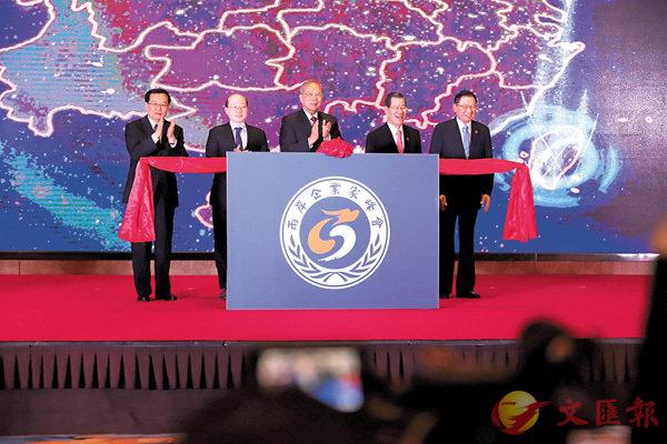 ■昨日,2018兩岸智能裝備製造鄭州論壇在鄭州開幕。劉結一(左二)在論壇致辭時表示,大陸與台灣是不可分割的命運共同體。 中新社