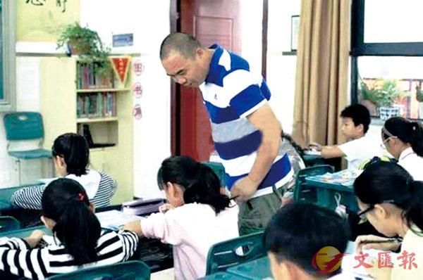 ■ 徐陸軍老師指導學生下象棋。  網上圖片