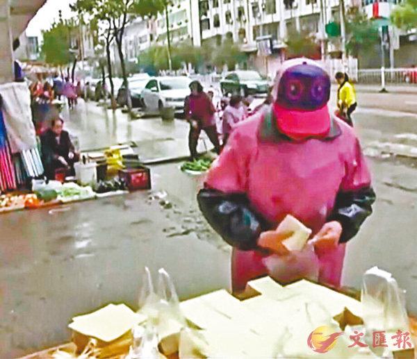 ■ 市民自主購買豆腐。香港文匯報湖南傳真