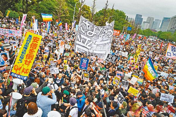 ■東京民眾發起反安倍示威,群情洶湧。 彭博社