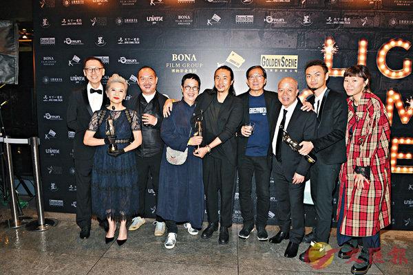 ■《明月幾時有》拿下最佳導演及最佳女配角,許鞍華與葉德嫻聯同劇組慶功。