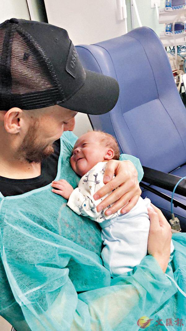 ■大衛施華手抱兒子晒溫馨。  網上圖片