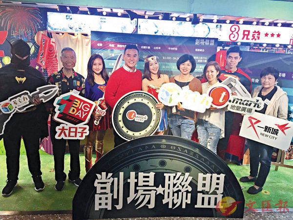 ■李根興(左四)指,今年民生舖租可升逾10%。