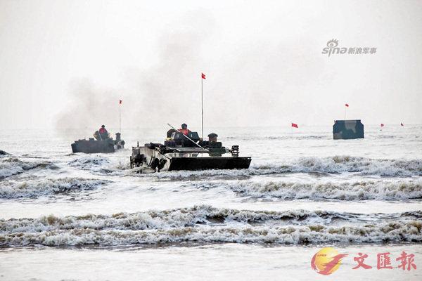 ■解放軍05式兩棲裝甲戰車水面狂飆。  網上圖片