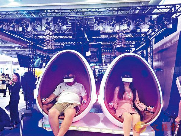 ■現場有多款VR遊戲設施供與會者試玩。香港文匯報記者莊程敏  攝