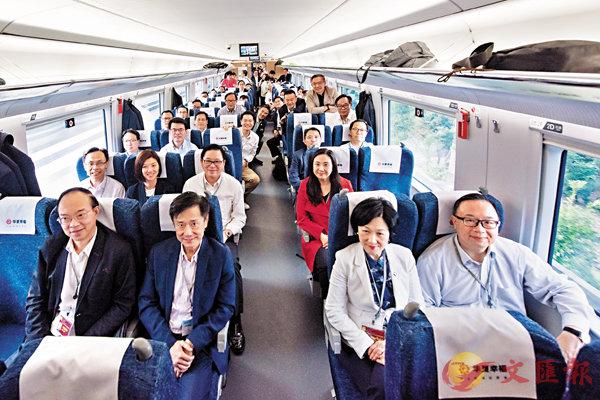 ■ 立法會訪問團昨日乘坐由廣州南站開往深圳福田站的高鐵,體驗時速近300公里的高鐵旅程。