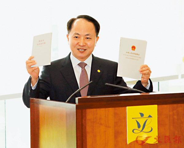 ■ 王志民主任昨向立法會議員送上憲法和基本法合訂本及《鄧小平論香港問題》兩書。香港文匯報記者彭子文  攝