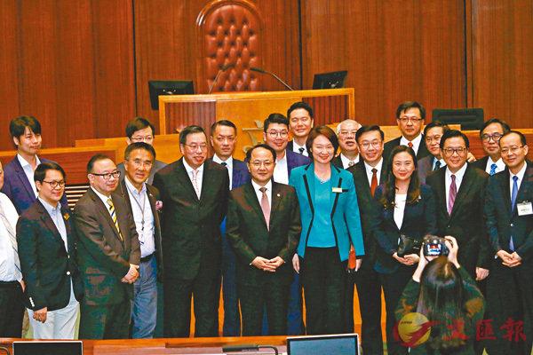 ■王志民與立法會議員合照。 香港文匯報記者彭子文  攝