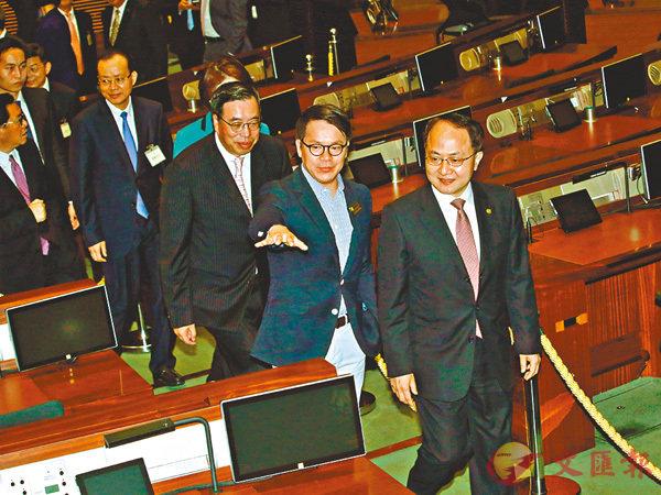 ■王志民在議員陪同下參觀立法會。 香港文匯報記者彭子文  攝