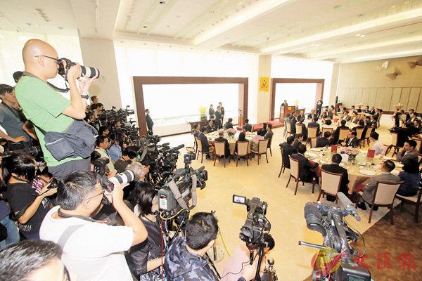 ■立法會主席梁君彥設午餐會,邀請中聯辦主任王志民和立法會議員出席,傳媒高度關注。 香港文匯報記者彭子文  攝