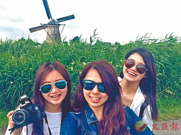 ■林冰靈(右一)到訪荷蘭的風車村,了解當地風力發電的技術。 作者供圖