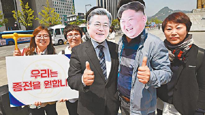 首爾市民戴上文在寅及金正恩的面具為峰會造勢
