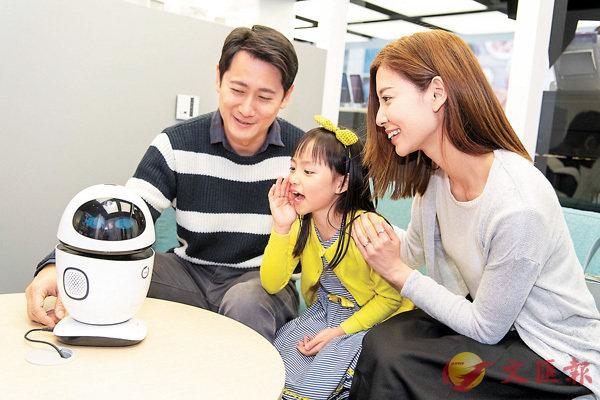 ■透過與小機械人對話,用家可調節客廳的光暗度。