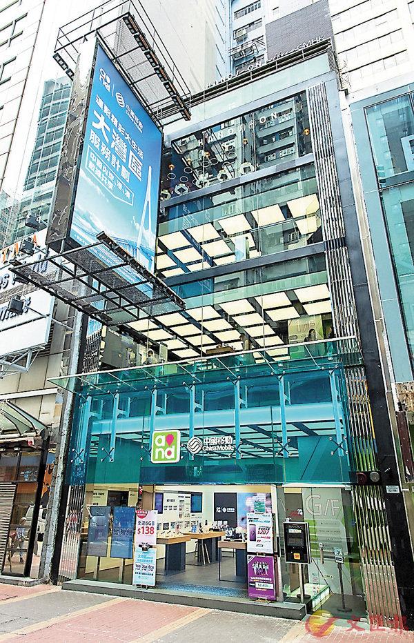 ■中移動香港在旺角旗艦店向市民展示流動通訊資訊及智慧城市建構方案。